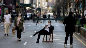 FOTO DE ARCHIVO: Un hombre se sienta en una silla mientras la gente camina en Park Avenue que estaba cerrada al tráfico de vehículos durante el brote de la enfermedad por coronavirus (COVID-19), en el distrito de Manhattan de la ciudad de Nueva York, Nueva York, EE. UU., El 27 de marzo. 2020.FOTO DE ARCHIVO: Un hombre se sienta en una silla mientras la gente camina en Park Avenue que estaba cerrada al tráfico de vehículos durante el brote de la enfermedad por coronavirus (COVID-19), en el distrito de Manhattan de la ciudad de Nueva York, Nueva York, Estados Unidos, el 27 de marzo. 2020. Carlo Allegri / Reuters