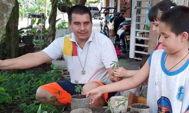 Familia reverdece un barrio de Cartago con las plantas de su vivero