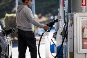 Una persona carga combustible en una gasolinera David Paul Morris/ Bloomberg