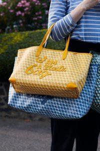 La versión actualizada del bolso de Hindmarch, hecha de plástico recicladoCredit...Suzie Howell para The New York Times