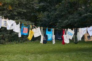 Un tendedero con las bolsas de algodón acumuladas por una sola persona desde el inicio de la carrera por remplazar las bolsas plásticas. Credit...Suzie Howell para The New York Times